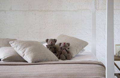 Modne narzuty do sypialni: waflowe, pluszowe, muślinowe i wiele innych