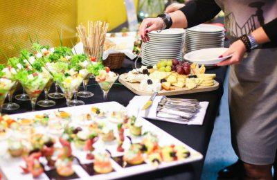 Imprezy z cateringiem. Jak wybrać dobrą firmę?