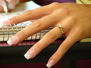 Modne pierścionki zaręczynowe – co kupić dla wybranki?